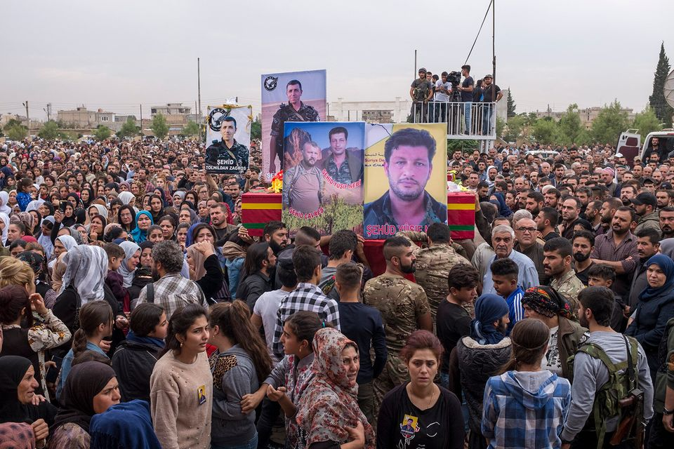 Qamishlo 24 ottobre, 2019 La folla accorsa al funerale dei combattenti al cimitero dei martiri di