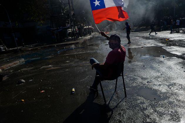 Un manifestante con una bandera chilena, en