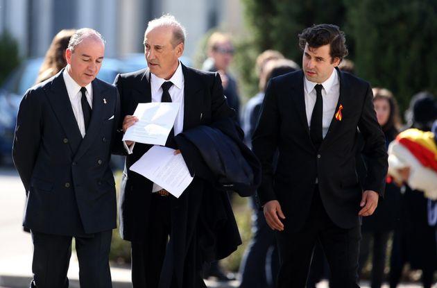 Los familiares de Francisco Franco, el nieto Francis Franco (c), y el bisnieto Juan José Franco Suelves...