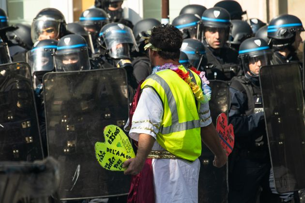 Des policiers face à un gilet jaune lors d'une manifestation à Paris le 21 septembre 2019....