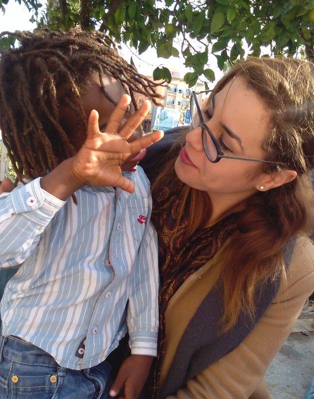 La chercheuse Sofia El Arabi, en compagnie d'un jeune