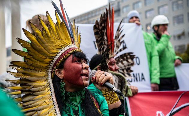 Integrantes de uma delegação indígena brasileira protesta em Berlim para chamar...
