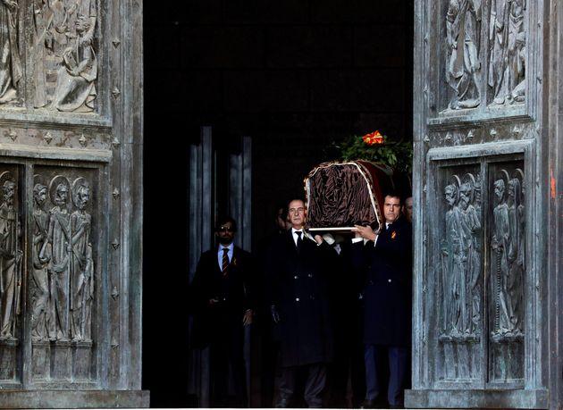 Luis Alfonso de Borbón, tras llevar en hombros los restos del dictador: