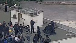Une vidéo montre des policiers frappant des migrants à