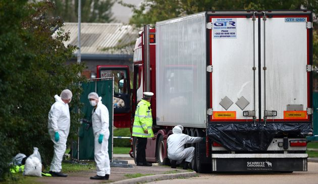 Des policiers inspectent le camion dans lequel ont été retrouvés 39 corps dans la...