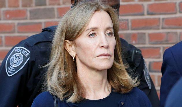 Felicity Huffman, ici à la sortie du tribunal le 13 septembre à Boston, a quitté...