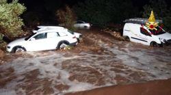 Maltempo in Sicilia, le auto portate via dall'acqua. C'è una