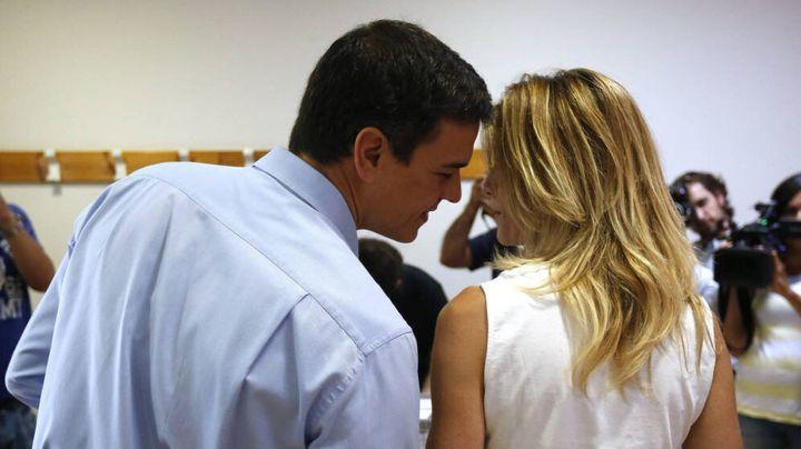 Pedro Sánchez y Begoña Gómez en un colegio electoral.
