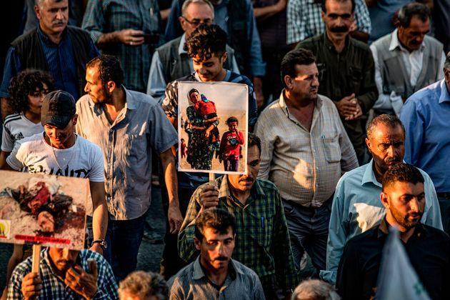 Des Yézidis syriens défilant lors d'une manifestation dans la ville d'Amude, près...