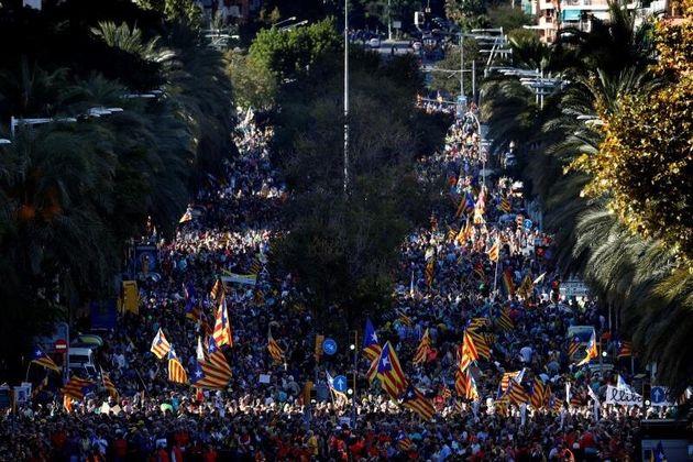 Miles de personas se manifiestan en Barcelona contra la sentencia del