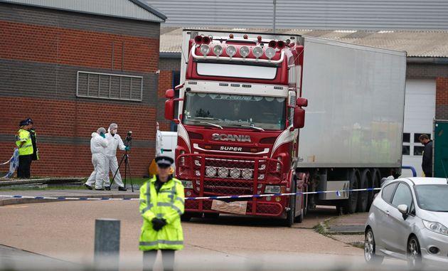 Des officiers de la police judiciaire aux abords du camion contenant les 39 corps à Thurrock,...