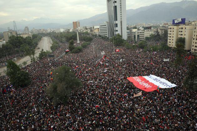 Ο Πινιέρα δεν άκουσε τις φωνές 1εκατ διαδηλωτών στη Χιλή που του ζητάνε να φύγει αλλά έκανε