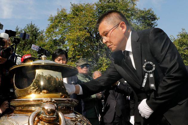 황교안 자유한국당 대표가 지난 26일 서울 동작구 국립서울현충원에서 열린 고 박정희 전 대통령 서거 40주기 추도식에서 박 전 대통령 묘소에 분향하고