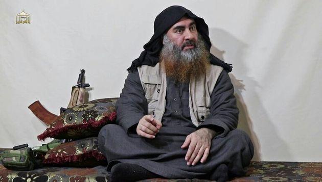 Le chef du groupe Etat islamique (EI), Abou Bakr al-Baghdadi, dans une vidéo publiée par le media Al...