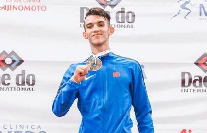 Yassine Sekkouri a remporté une médaille d'or pour le Maroc aux Mondiaux de karaté des jeunes, au Chili.