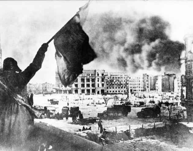 Φεβρουάριος 1943, 330.000 στρατιώτες της ναζιστικής Γερμανίας στο Στάλινγκραντ παραδίνονται και λήγουν την πολιορκία των έξι και πλέον μηνών.