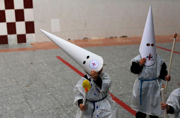 Imagen de archivos de niños vestidos de penitentes representando una procesión en un colegio...