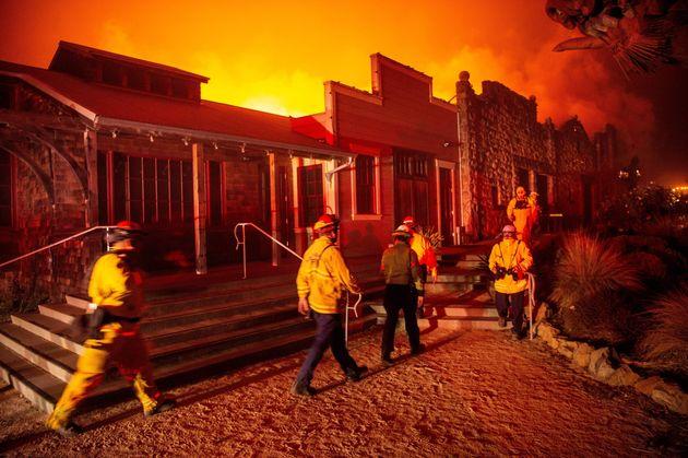 Des pompiers surveillant le vignoble de Soda Rock pendant l'incendie de Kincade à Healdsburg en...
