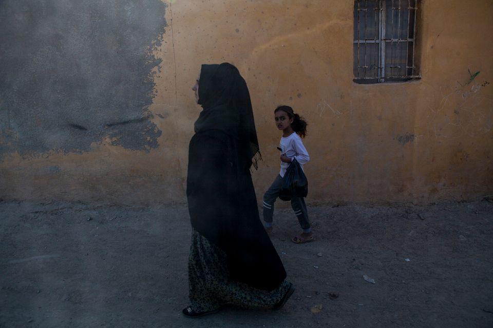 Una donna cammina nella parte vecchia della cittadina di Al Hol.