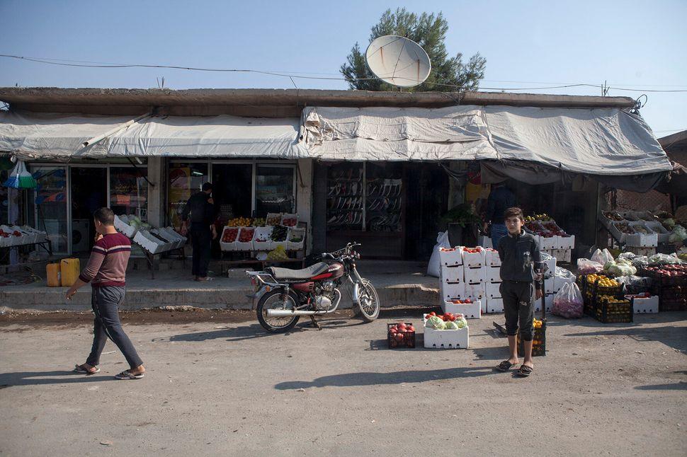 Il bazaar di Al Hol. La cittadina ospita il campo profughi in cui sono detenuti i familiari dei combattenti...