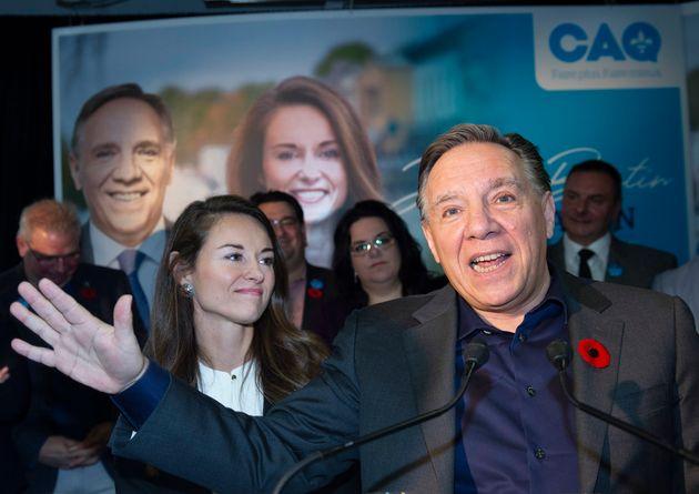 Le premier ministre du Québec, François Legault, à droite, présente Joëlle...
