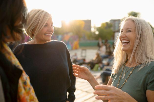 La gente feliz está en la cincuentena y tiene casa, trabajo y servicios básicos