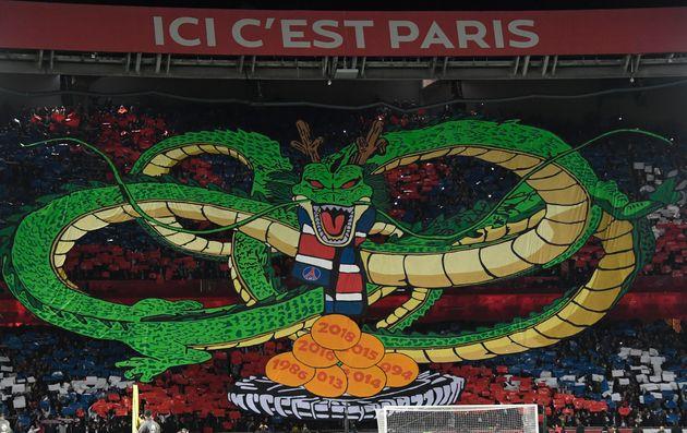 Les ultras parisiens ont déployé un immense tifo inspiré du manga
