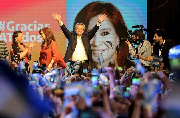 El peronista Alberto Fernández (c), virtual presidente electo de