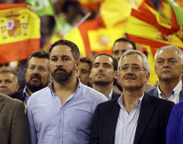 El presidente de Vox, Santiago Abascal (i), junto a José Antonio Ortega