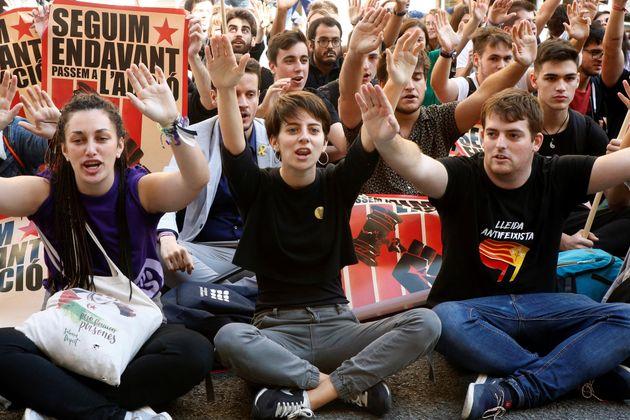 Las juventudes de ERC participan en una manifestación junto a la sede de la Jefatura Superior de Policía...