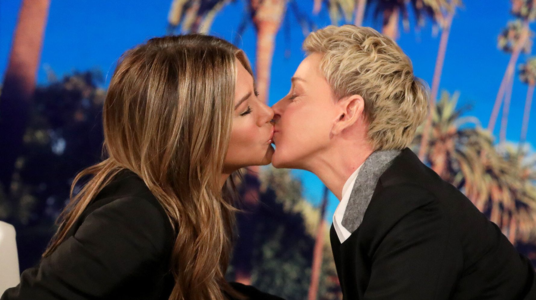 Westlake Legal Group 5db6fb6c210000063334b40f Jennifer Aniston Kisses Ellen DeGeneres For The Perfect Instagram Photo Op
