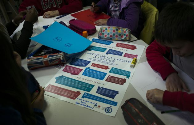 Des élèves travaillent sur la charte de la laïcité à l'école,...