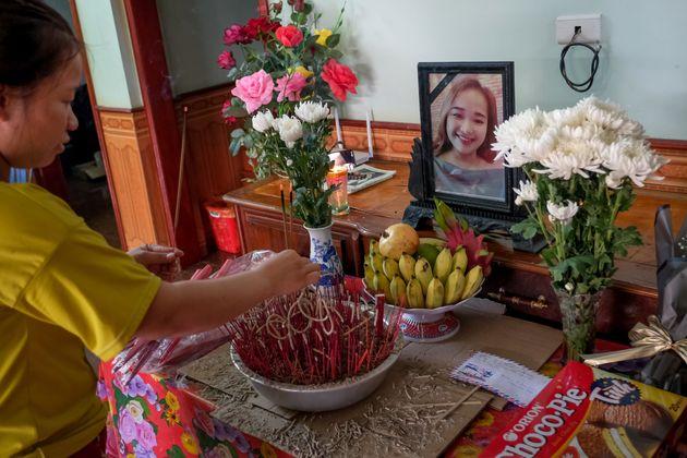 Bui Thi Phuong pone incienso en un altar para su hermana pequeña, Bui Thi Nhung, que se cree que...