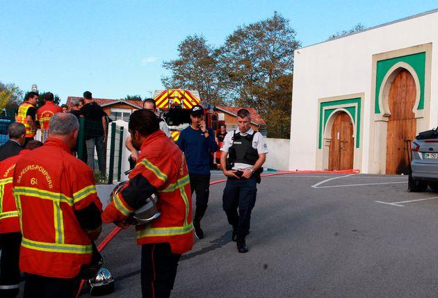 Des policiers et pompiers devant la mosquée de Bayonne ce 28