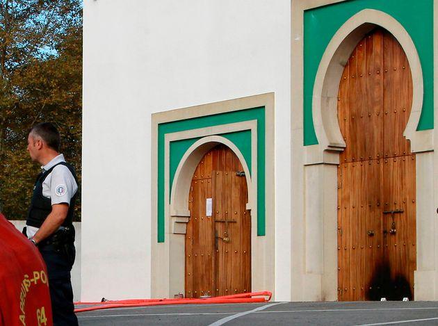 Un policier devant la mosquée de Bayonne ce 28