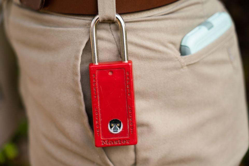 Um cadeado que pertence a Mohr. O sistema de trancas do zoológico lhe permite evitar entrar em...