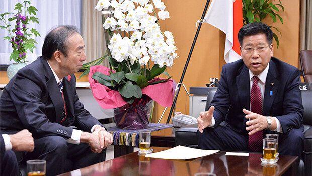 清家全社協会長(左)に「社協は災害支援の中核だ」と理解を示す衛藤大臣(右)