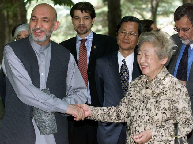 アフガニスタンの首都カブールでカルザイ大統領と握手する緒方貞子さん(2003年撮影)