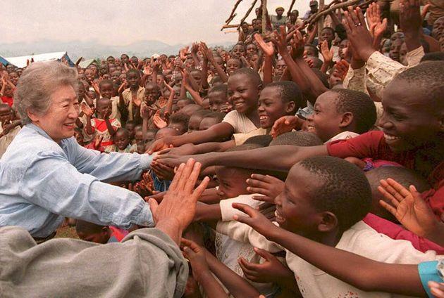 ザイール(現コンゴ)東部の町ブカブにある難民キャンプで、ルワンダ難民の歓迎を受ける緒方貞子・国連難民高等弁務官(左)