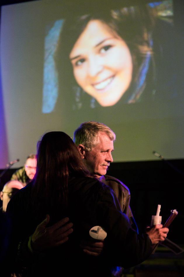 2015년 2월 케일라 뮬러의 사망 소식이 전해진 후 애리조나에서 열린 케일라의 추도 촛불 행사에서 부친 칼 뮬러가 추모객들의 위로를 받고