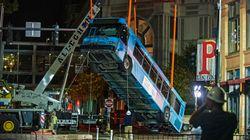 Σουρεαλιστικές εικόνες: Τρύπα «κατάπιε» λεωφορείο στο