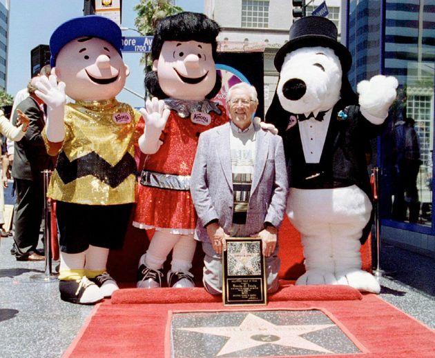 PEANUTSキャラクターの生みの親であるチャールズM.シュルツ氏は生前、ハリウッドブルーバードに刻印された。記念撮影では、チャーリーブラウン(左)、ルーシー(中央)、スヌーピー(右)とともにポーズをとった。