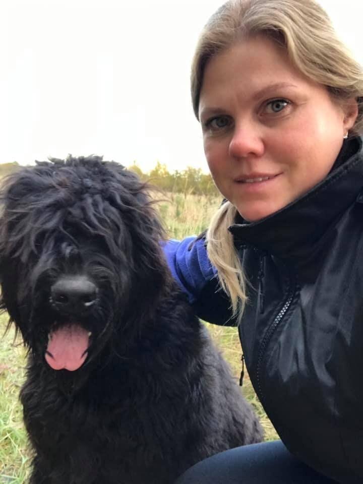 Sara, con su perro Timón, su