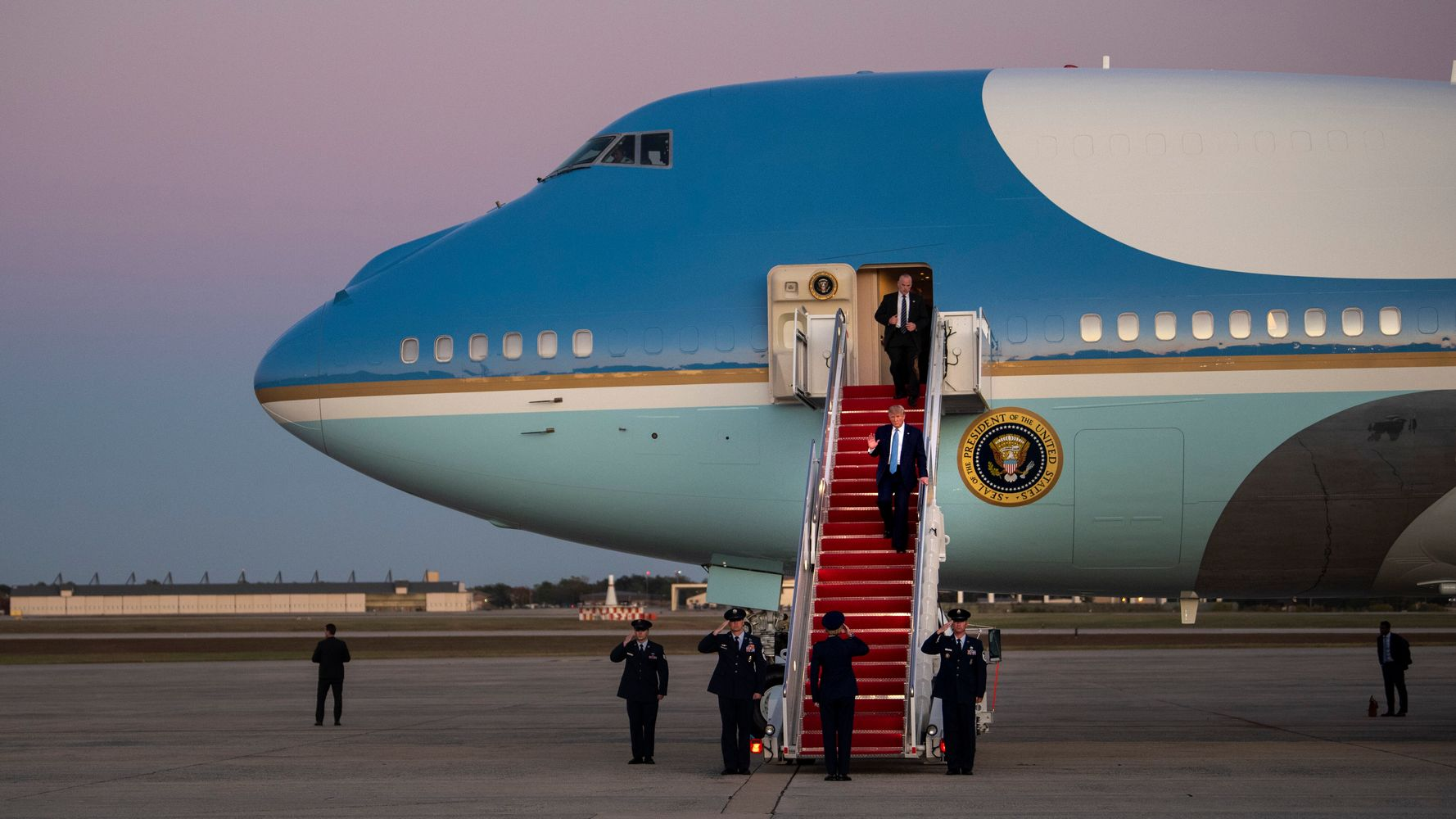 Westlake Legal Group 5db821322100001c3bad4397 A Photo Of The Food On Air Force One Is Freaking Everyone Out