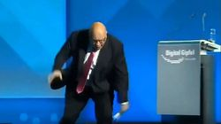 Βίντεο: Τρομακτική πτώση έστειλε τον Γερμανό υπουργό Οικονομίας στο