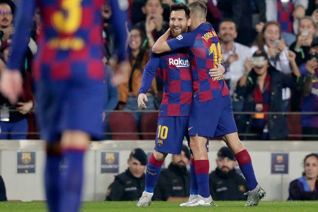 Jordi Alba felicita a Leo Messi por uno de sus goles ante el