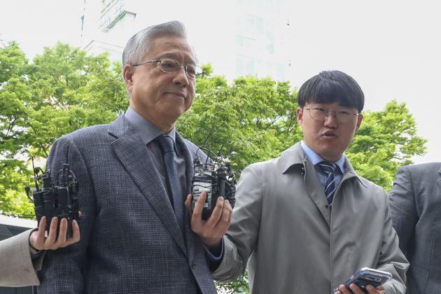 KT 채용 비리에 관여한 혐의를 받는 이석채 전 KT 회장이 30일 오전 서울 양천구 남부지방법원에서 열린 구속 전 피의자 심문(영장실질심사)에 출석하고