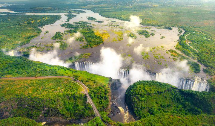 Οι καταρράκτες Βικτώριαβρίσκονται στα σύνορα της Ζιμπάμπουε με τη Ζάμπια και είναι δύο φόρες μεγαλύτεροι από τους καταρράκτες του Νιαγάρα. Θεωρούνται ότι είναι οι μεγαλύτεροι καταρράκτες του κόσμου.