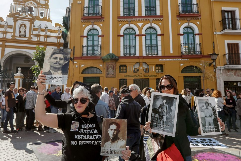 Paqui Maqueda (izquierda), el pasado 27 de octubre, en una protesta por la tumba de Queipo de Llano en...