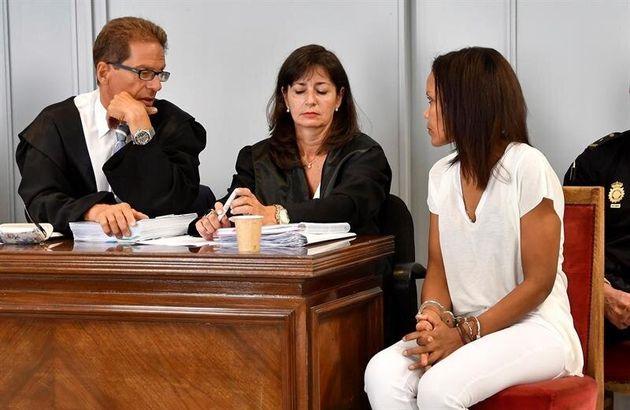 Ana Julia Quezada (d), autora confesa de la muerte de Gabriel Cruz, habla con su abogados Esteban Hernández...